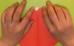 折った折り紙の端を少し折る