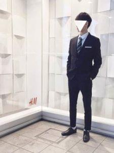 男性 黒の細身のスーツ シンプル
