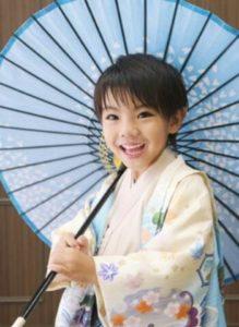 男の子 前髪を流した髪型 袴 和傘
