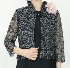 結婚式 披露宴 女性 服装 黒ワンピース 薄手の羽織 コサージュ
