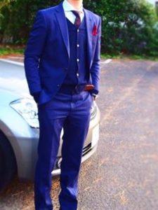 男性 ネイビーのスーツ