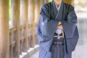 袴を着て腕組をする男性