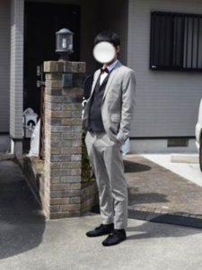 男性 明るいグレーのスーツ