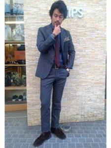 ネイビーのスーツ スエードブーツ 男性