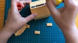 牛乳パックで作った家 紙粘土を貼り付けていく