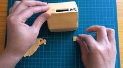 牛乳パックで作った家型の貯金箱 お金を入れる部分 紙粘土を貼る