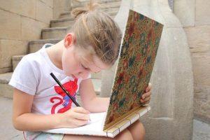 外国人 女の子 絵描き