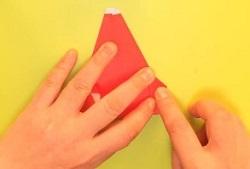 折り紙に付けた点と点に合わせて折る