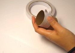 切ったトイレットペーパーの芯にテープを貼る