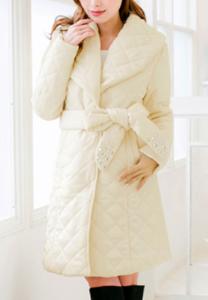 白のダウンコート 女性