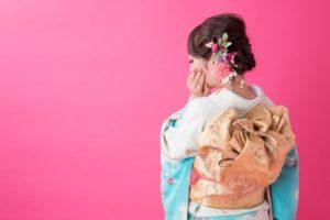 成人式に振り袖を着た女性 ピンク背景
