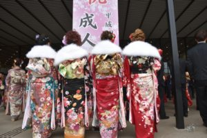 成人式会場 着物姿の女性たち