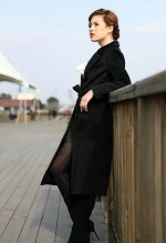 黒のAラインコート 女性