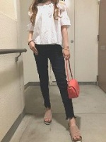 黒パンツ 白シャツ 女性 コーデ
