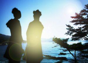 成人の日 着物の女性のシルエット 海岸 松 朝日