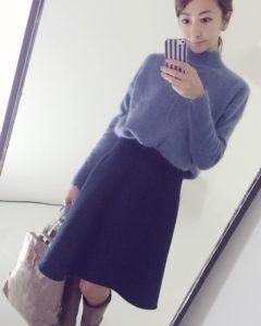 藤色のモヘアニット ネイビーのスカート 冬コーデ