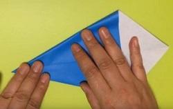 中央の線に合わせて折り紙を折る