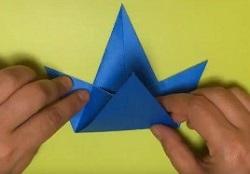 折ってかぶとのような形になっている折り紙