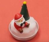 瓶の蓋にくっつけたスポンジの上にクリスマスオブジェをくっつける