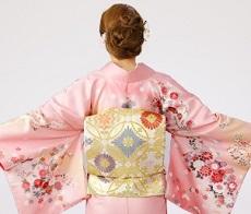 ピンクの華やかな着物 女性