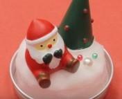 瓶の蓋にくっつけたスポンジの上にクリスマスオブジェをくっつけて装飾する