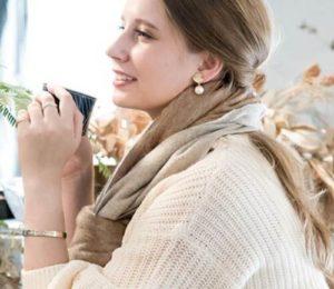 コーヒータイムの外国人女性