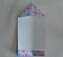 折り紙の上を三角に折る