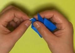 折り紙の鶴の顏部分を折る
