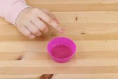 溶けた蝋が入ったシリコンカップ