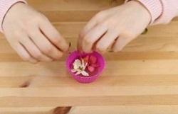 溶かした蝋の上に花を飾る