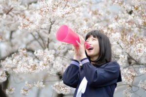 女子 学生 メガホン 桜