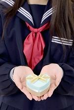 プレゼントを渡す女子学生