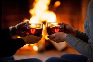 暖炉 男女 ホットワイン