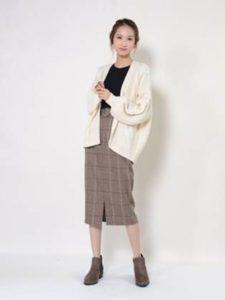 ショート丈スエードブーツ 白のカーディガン 女性