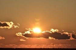 雲からのぞく日の出