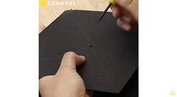 黒い画用紙にキリで穴をあける