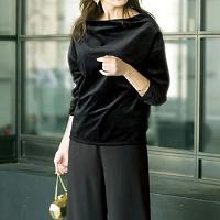 黒トップス パンツスタイル コーデ 女性