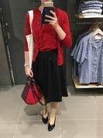 赤のトップス 黒のスカート コーデ