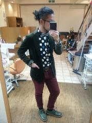 男性 クリスマス コーデ 緑系ジャケット 赤系パンツ