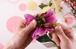 造花を根本から外していく
