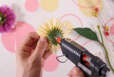 造花をグルーで接着