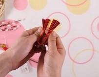 赤と金の折り紙を交互に折っていく