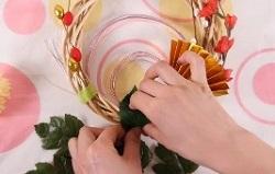 リースのマスキングを葉で隠すように巻き付ける