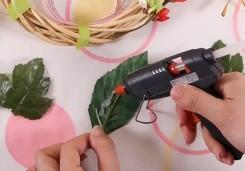 葉の裏にグルーをつけてマスキングの上から貼り付ける
