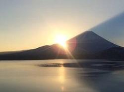 山から昇る日の出