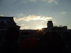 街の昇る朝日