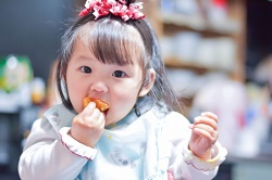みかんを食べる子供