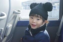 男の子 電車の座席 ミッキーの帽子