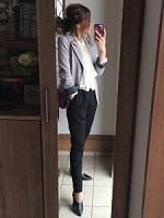 グレージャケット 黒パンツ 女性