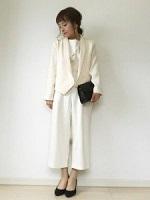 白のパンツスーツ 白系のジャケット 女性